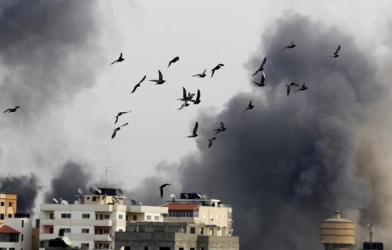 1-Sekelompok-burung-terbang-usai-bom-Israel-meledak-di-kawasan-Gaza