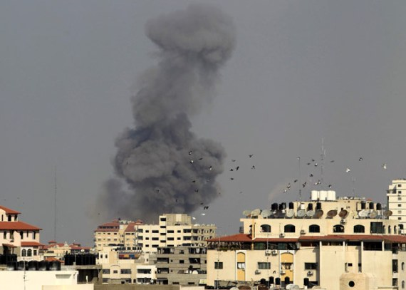 Rudal-Israel-menghantam-sebuah-gedung-di-Gaza-City-Reuters-Suhaib-Salem