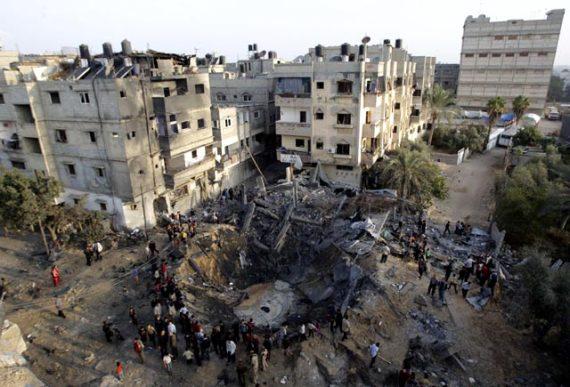 Sebuah-bangunan-di-Khan-Younis-hancur-lebur-dihantam-rudal-Israel-Reuters-Ibraheem-Abu-Mustafa