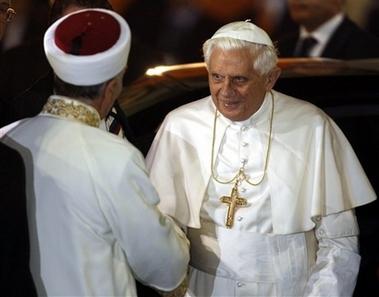Untuk pertama kalinya Paus Benediktus XVI berkunjung ke Masjid Biru yang terkenal di Istanbul. Paus bersalaman dengan Mustafa Cagrici, mufti agung Istanbul
