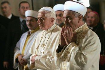Apa yang sedang dilakukan Paus Benediktus XVI di samping Mufti Agus Masjid Biru ?