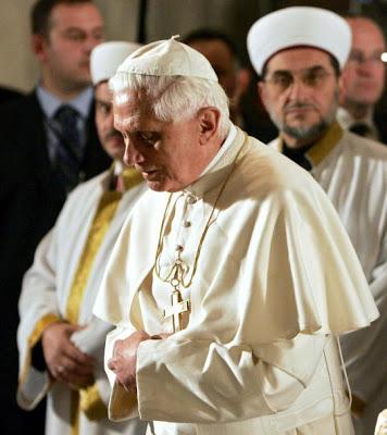 Apa yang sedang dilakukan Paus Benediktus XVI di Masjid Biru Turki, begitu khusuknya. Apa ini yang menyebabkannya mundur dari posisinya sebagai Paus ?
