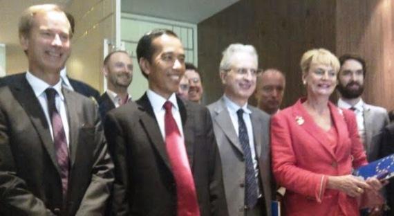 Dukungan Pihak Asing yang Tetap Ingin Menguasai Indonesa Terhadap Presiden yang Lemah, Tidak Tegas dan Bisa dikendalikan.